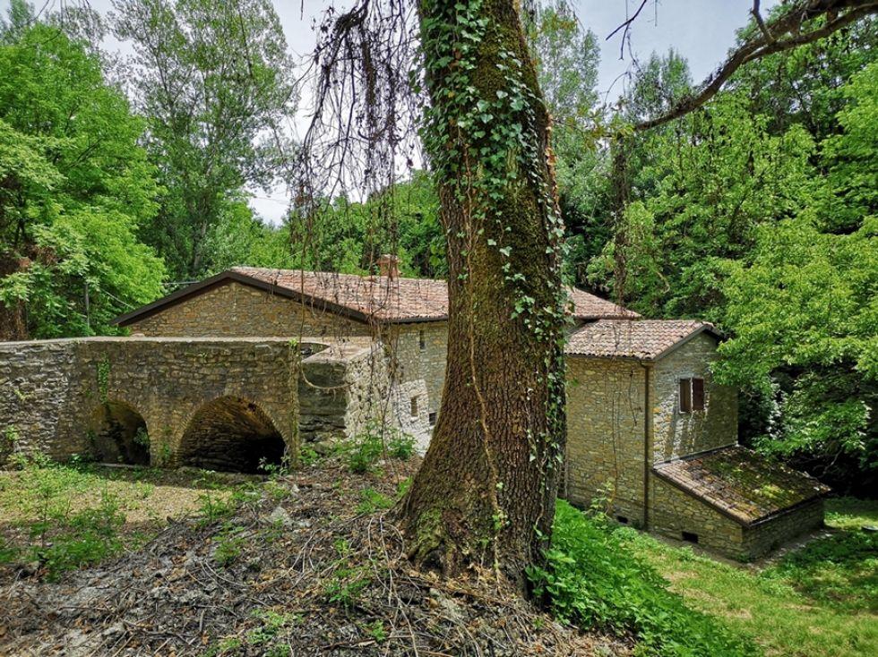 Suggestivo Mulino in sasso del XVIII nella Valle del ...